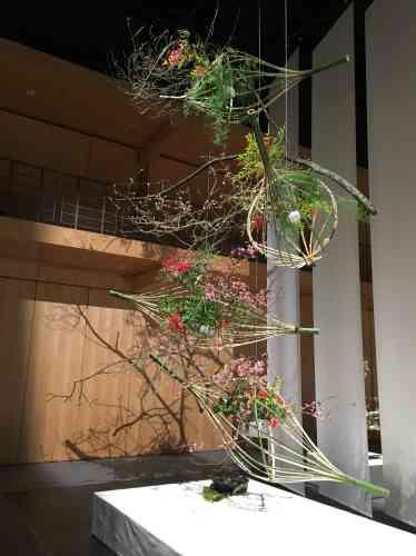 L'utilisation de bambous fendus en lamelles souples suggère ici la légèreté.