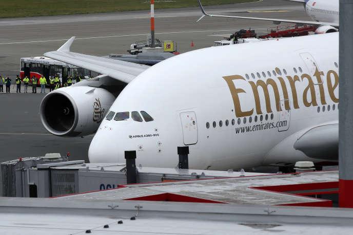 UnAirbus A380 d'Emirates sur le tarmac de l'aéroportHelmut-Schmidt de Hambourg (Allemagne), en octobre 2018.