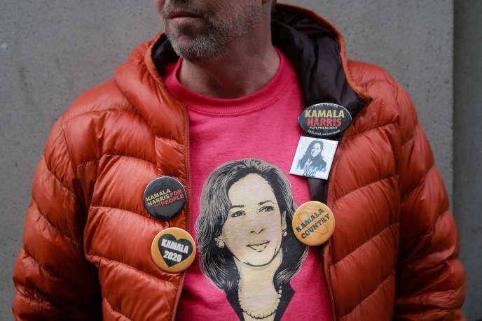 Un partisan de la candidate à l'investiture duparti démocratepour la présidentielle KamalaHarris, à Oakland(Californie), le 17 janvier.