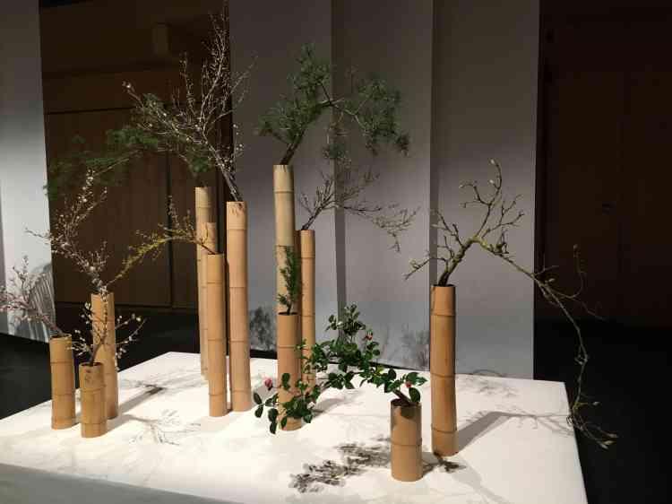 L'harmonie de la composition réside dans l'apparente simplicité des matériaux et la dissymétrie soigneusement étudiée de ses différents éléments.