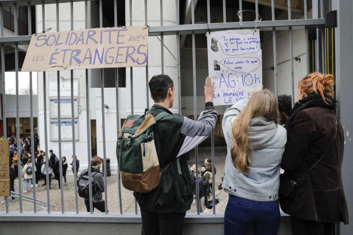 Sur les grilles de l'université de Tolbiac, à Paris, le 5 décembre 2018, des étudiants ont installé un panneau prônant la solidarité avec les étudiants étrangers.