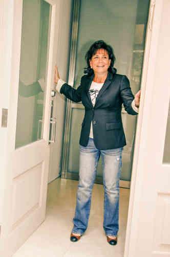 Après une période judiciairement et médiatiquement agitée, Anne Sinclair et son mari Dominique Strauss-Kahn s'apprêtent à quitter leur appartement de Tribeca, à New York, pour regagner la France. Au vue de cette tenue, constituée de trois des grands piliersde l'inélégance américaine (lejeansfaussement usé, le tee-shirt imprimé etle blazer porté manches retroussées), il était grand temps. C'estpeut-être même un peu tard.