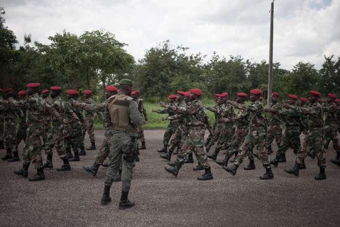 Présentation de nouvelles recrues des Forces de sécurité centrafricaines FACA en août 2018, à Berengo, dans le sud-ouest de la RCA.