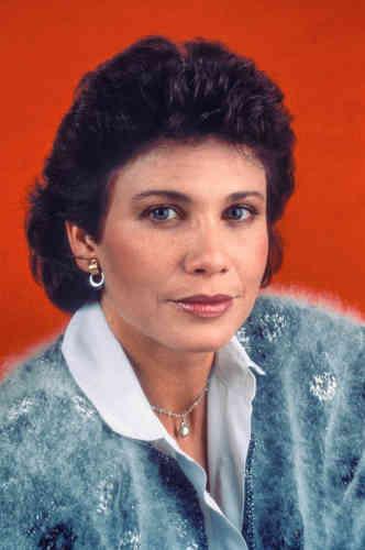 Six ans plus tard, Anne Sinclair est passée de FR3 à TF1 et est devenue une intervieweuse star, portée par lesuccès de « 7sur 7 » et par son goût pour les pulls de luxe. De fait, après lecachemire, voici la journaliste parée de mohair, une fibre naturelle produite par les chèvres angoras, àlafois douce et lustrée, que l'on s'arrachait déjà dans la Grèce antique.