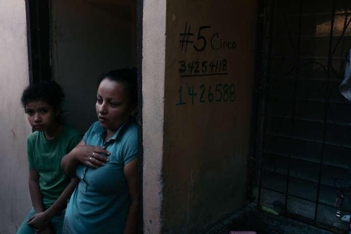 Carola, 25 ans, et sa fille, à San Pedro Sula (Honduras), le 24 janvier.