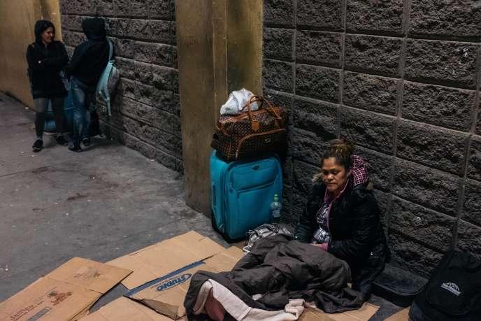 A San Pedro Sula (Honduras), le 22 janvier. Dina Emerita Sanchez, 46 ans, attend comme d'autres le bus pour rejoindre le Guatemala, puis le Mexique.