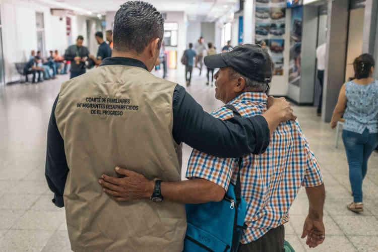 Marcos Lara (à droite) attend le retour du corps de sa fille, Ingrid, accompagné par un psychologue du Cofamipro. Ingrid a tenté d'émigrer aux Etats-Unis et a disparu sur la route migratoire, laissant sa famille sans nouvelles pendant cinq ans. Il y a un an, son corps a été retrouvé dans un champ, aux Etats-Unis.