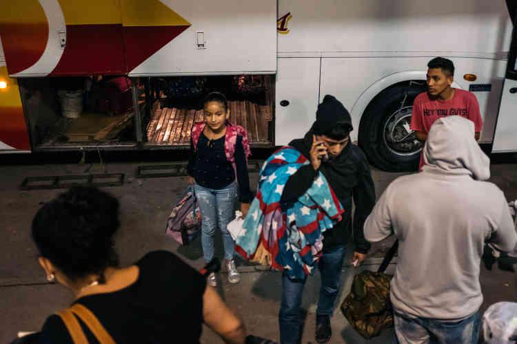 Les «caravanes» se sont transformées. Les migrants ne partent plus à pied, mais en bus.