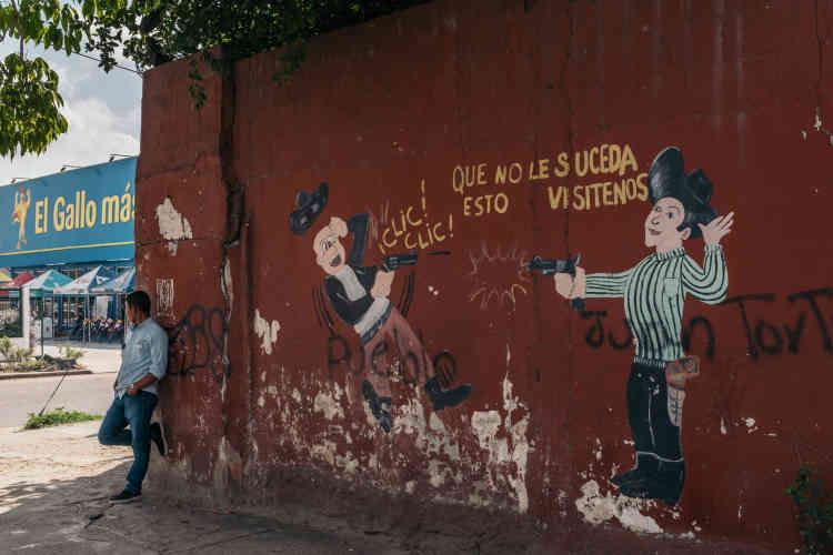 Un magasin de réparation d'armes à feu du centre-ville de San Pedro Sula encourage les utilisateurs à ne pas attendre que leur pistolet s'enraye : « Pour que ceci ne vous arrive pas, venez nous rendre visite.»