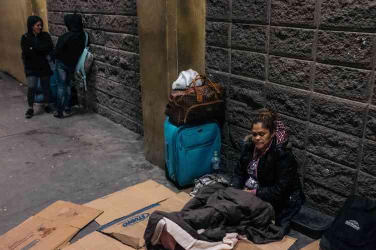 Dina Emerita Sanchez, 46 ans, attend un bus à la station de San Pedro Sula, pour prendre la route vers le Guatemala, puis le Mexique, où elle s'est installée il y a quatre ans avecson mari et leurs enfants.Dina est retournée au Honduras pour vendre leurs quelques affaires et repartir.