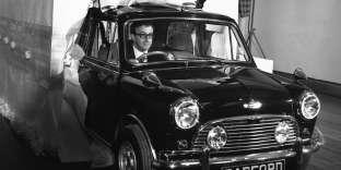 L'acteur Peter Sellers achète une Mini à sa femme, l'actrice Britt Ekland, en 1965.