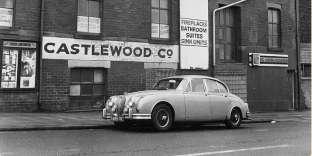 Une Jaguar MK2 devant une usine à Blackpool.