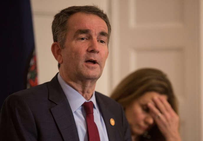 Le gouverneur de Virginie Ralph Northam, en compagnie de son épouse Pamela Northam, lors de la conférence de presse donnée à Richmond, le 2 février.