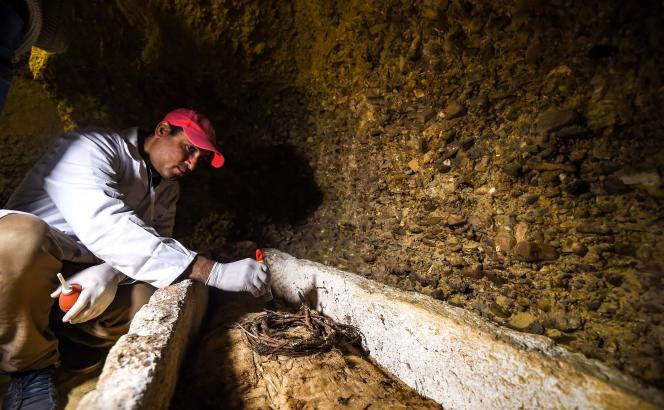 Un archéologue devant l'une des momies découvertes dans un tombeau dans la province de Minya, au sud du Caire, en Egypte, le 2 février.
