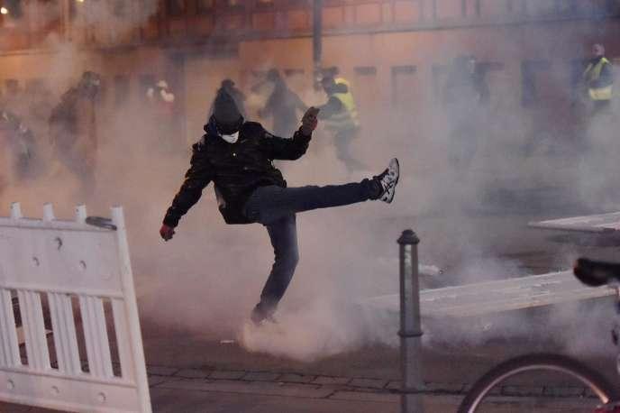 Des manifestants jettent des cartouches de gaz lacrymogènes lorsqu'ils se heurtent à la police lors d'une manifestation des« gilets jaunes»à Strasbourg, dans l'est de la France, le 2 février 2019.