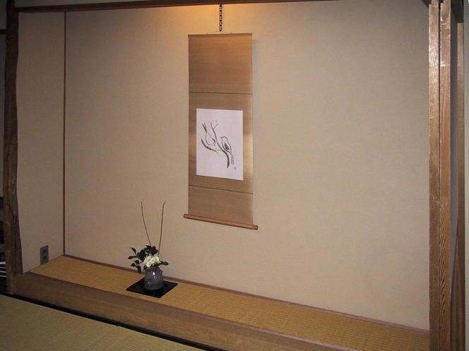 Ikebana et rouleau peint dans un« tokonoma» contemporain (maison d'hôte Gora Kadan).