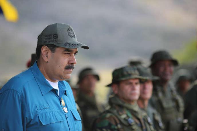Le président vénézuélien Nicolas Maduro entouré de militaires lors d'un exercice, le 3 février à Turiamo.