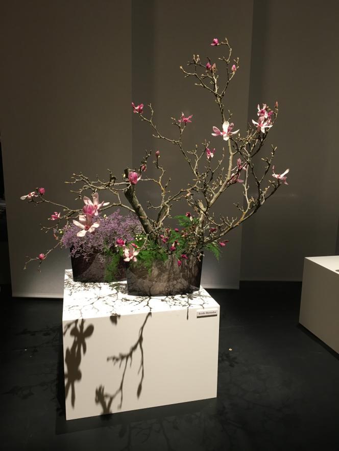 Composition florale réalisée par Senko Ikenobo, grand maître de l'école Ikenobo.