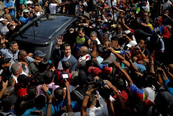 Le chef de l'opposition vénézuélienne, Juan Guaido, parmi ses partisans, Caracas, le 2 février 2019.