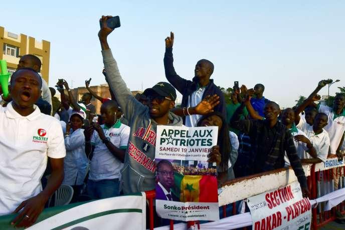 Des partisans du candidat à la présidentielle Ousmane Sonko participent à un rassemblement de soutien, à Dakar, le 19 janvier.