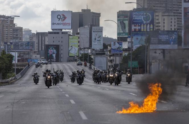 Des membres de la garde nationale sur une autoroute bloquée par des manifestants de l'opposition, Caracas, Venezuela, le 2 février 2019.