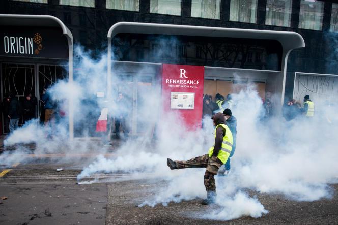 Place de la République à Paris, les tensions entre manifestants et forces de l'ordre s'illustrent par jets de projectiles et gaz lacrimogènes.