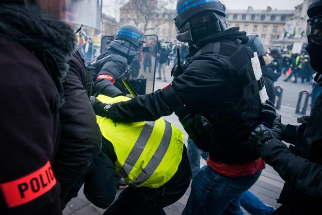 Des affrontements entre des « gilets jaunes» et les forces de l'ordre ont lieu sur la place de la République, à Paris, le 2 février.