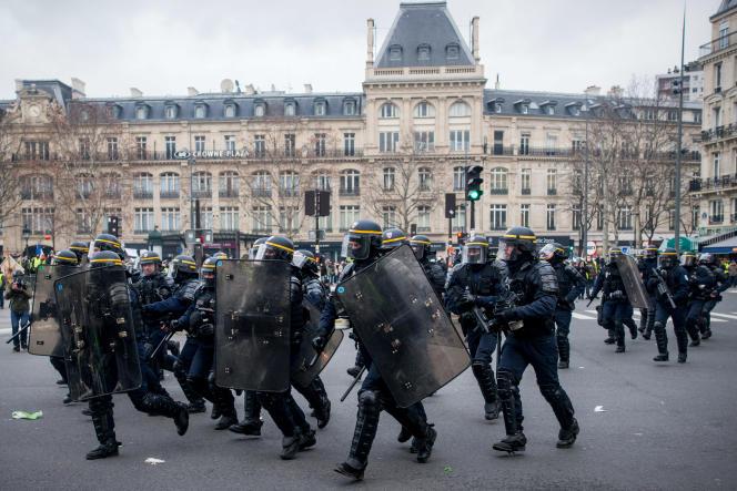 Affrontements avec les forces de l'ordre, place de la République ; la CRS 8 intervient en renfort à l'est de la place.