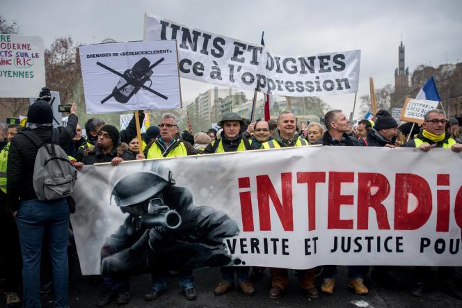 Le cortège des « gilets jaunes» rend hommage aux victimes des violences policières, à Paris, le 2 février.
