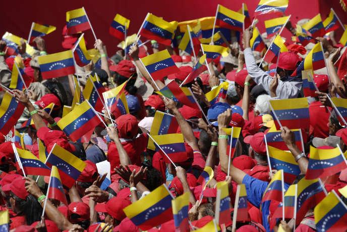 Les partisans de Nicolas Maduro sont venus soutenir leur président, drapeaux vénézuéliens à la main, à Caracas, le 2 février.