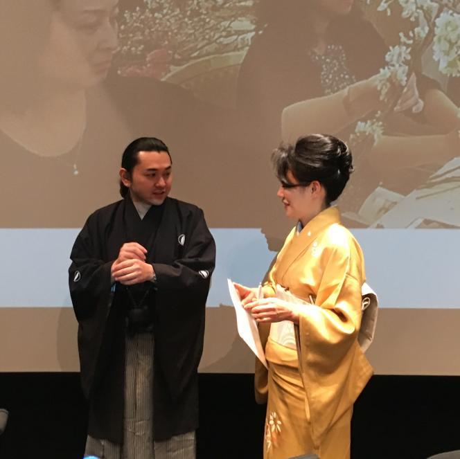 Les grands maîtres Naohiro Kasuya et Senko Ikenobo, des écoles Ichiyo et Ikenobo, à la Maison de la culture du Japon, à Paris, le 2 février 2019.