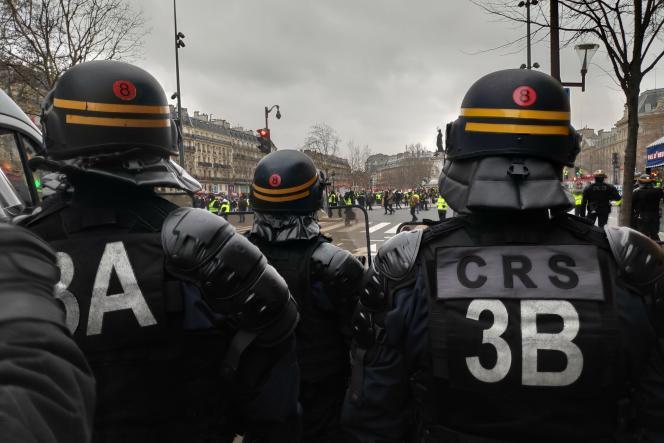 La 8e compagnie républicaine de sécurité (CRS) mobilisée sur le boulevard Voltaire à l'entrée de la place de la République, pour l'acte XII des «gilets jaunes», le 2 février.