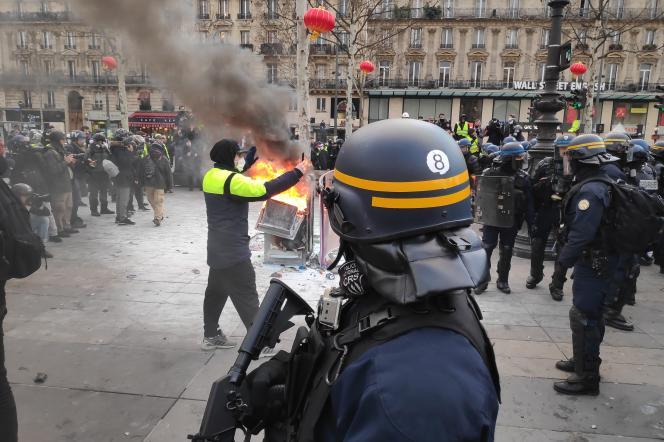Un policier de la «CRS 8» sur la place de la République, le samedi 2 février, pour l'acte XII des «gilets jaunes».