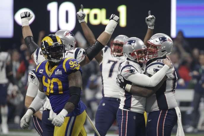 Les New England Patriots (en blanc et bleu) célèbrent leur victoire contre les Los Angeles Rams en finale du Super Bowl, le 3 février, à Atlanta.