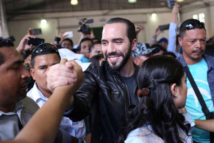 Le candidat à la présidentielle Nayib Bukele salue ses soutiens au moment de voter à San Salvador, le 3 février.