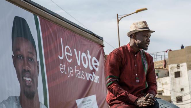 Ousmane Sonko s'adresse à ses sympathisants depuis le toit de sa voiture, lors du premier jour de la campagne électorale, dimanche 3 février 2019, dans le quartier de Ngor, à Dakar.