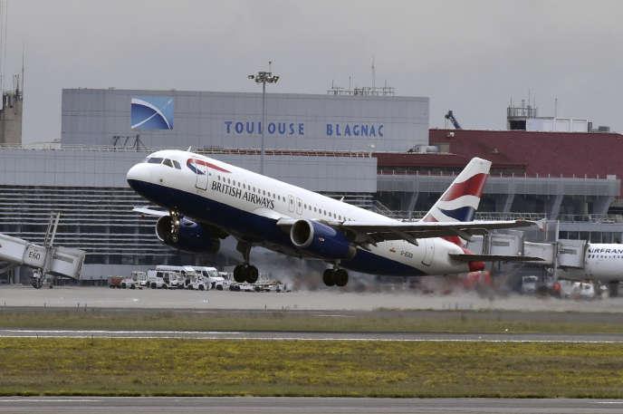 Un Airbus A320 de British Airways décolle de l'aéroport de Toulouse-Blagnac, en octobre 2017.
