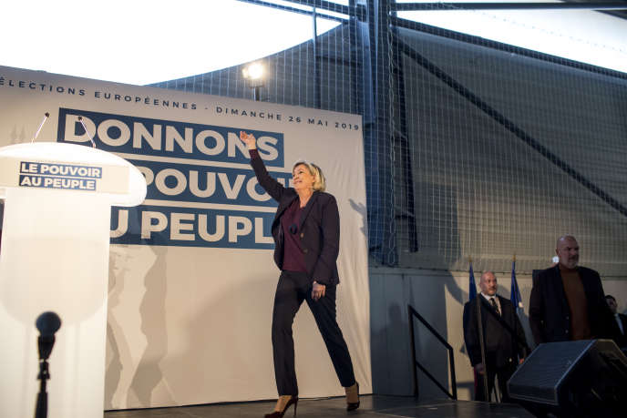 Marine Le Pen s'apprête à prendre la parole lors d'un meeting du Rassemblement national, au Thor (Vaucluse), le 19 janvier.