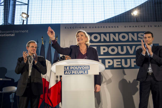 Jordan Bardella, Thierry Mariani et Marine Le Pen au meeting du Rassemblement national, au Thor (Vaucluse), le 19 janvier.