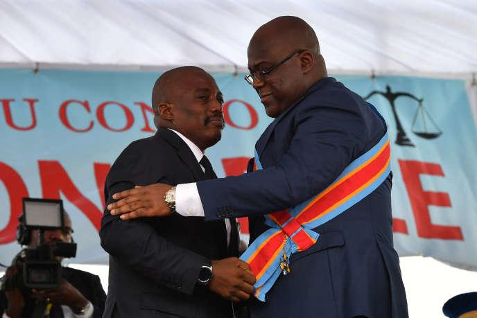 Passation de pouvoir entre le président sortant Joseph Kabila (à gauche) et le nouveau chef de l'Etat Félix Tshisekedi, à Kinshasa, le 24 janvier 2019.