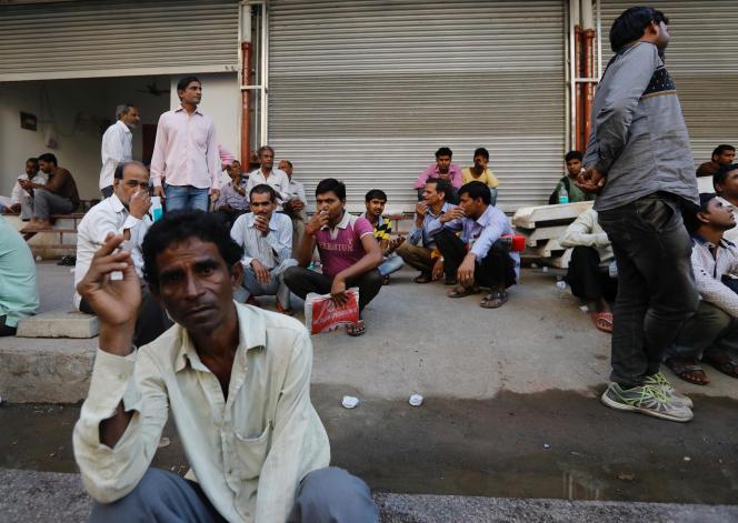 Des commerçants indiens en attente d'un emploi, à Bombay (Ouest), en novembre 2017.