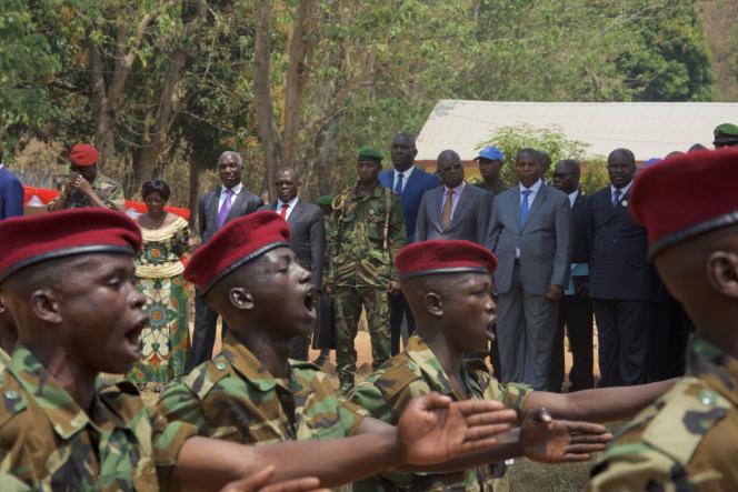 Le président centrafricain, Faustin-Archange Touadera (cravate bleue) assiste à une cérémonie dans le cadre du programme de désarmement des anciens rebelles et de leur intégration dans l'armée nationale.