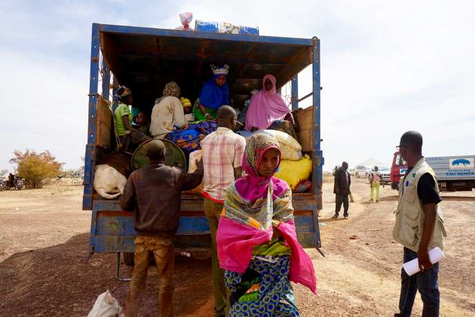 Un camion de marchandises arrive au camp de Barsalogho, au Burkina Faso, le 9janvier 2019, avec à son bord une dizaine de femmes et d'enfants déplacés.