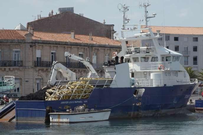 Un thonier sur le port de Sète.