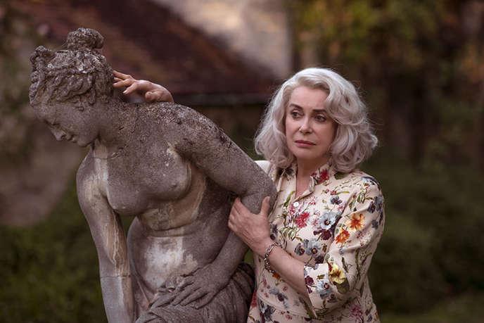 Catherine Deneuve dans« La Dernière Folie de Claire Darling», de Julie Bertuccelli.