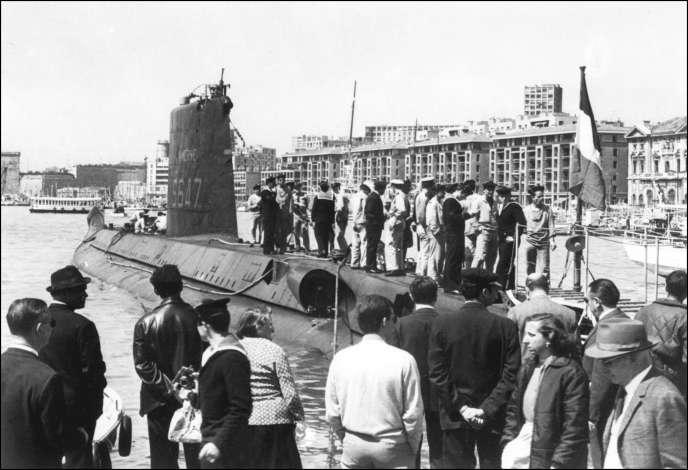 Le submersible «Minerve», à quai dans le port de Marseille, le 1er janvier 1965.