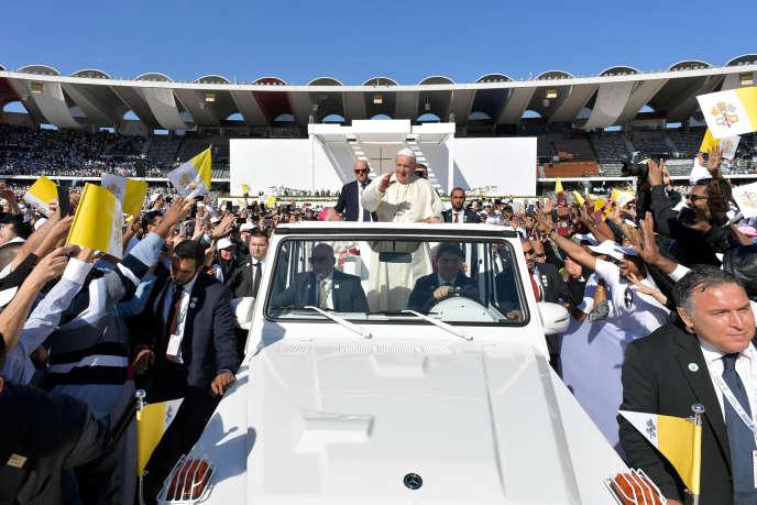 Le pape François, lors de son arrivée dans le stade de Zayed Sport City, à Abou Dhabi (EAU), le 5 février.