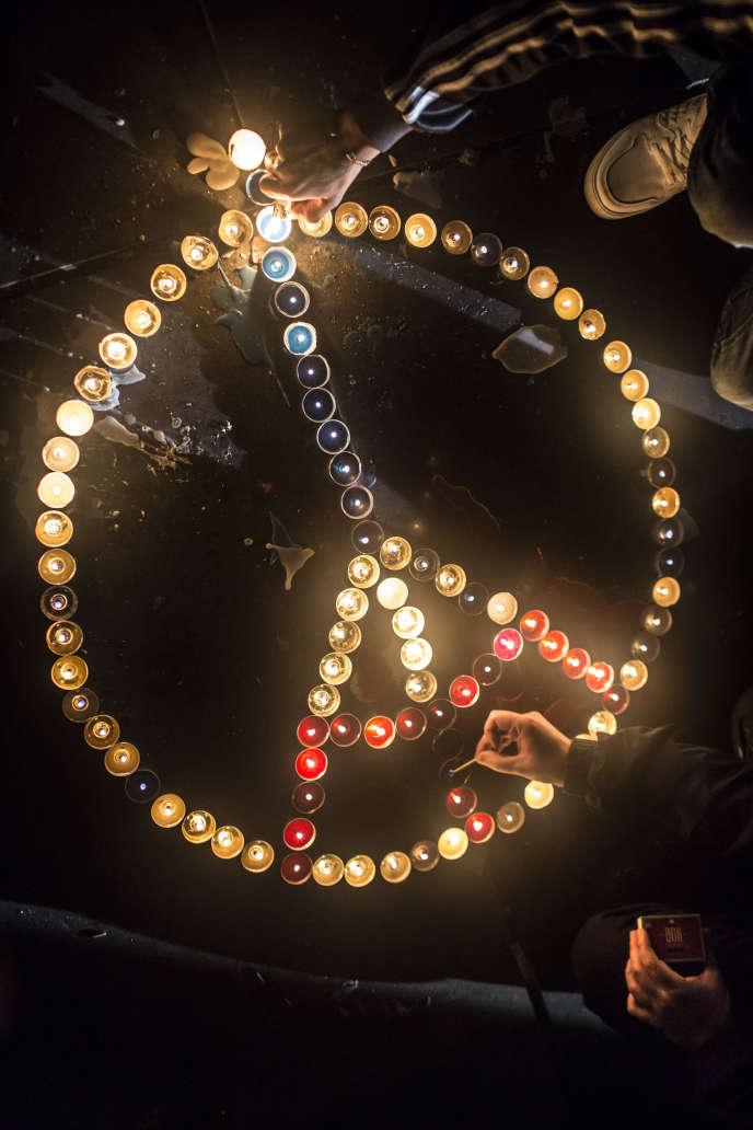 Hommage aux victimes des attentats du 15 novembre 2015, à Paris.