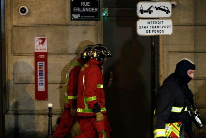 Des pompiers près des lieux de l'incendie qui a éclaté dans le 16e arrondissement de Paris, le 5 février.