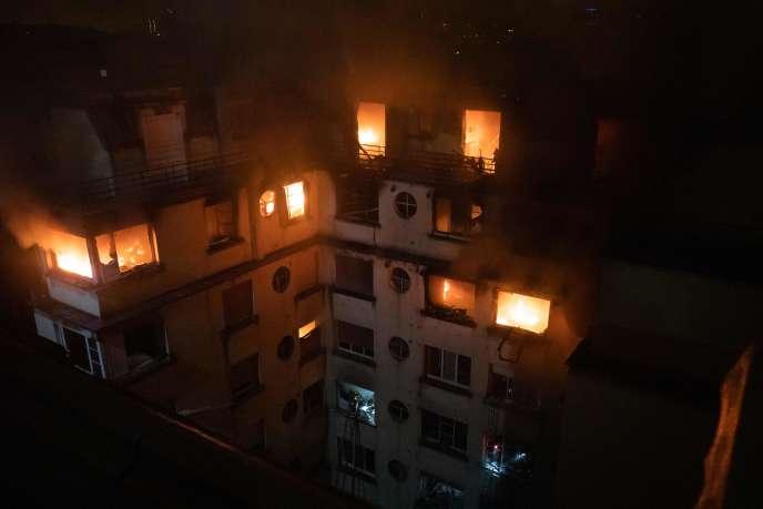 Photo diffusée par la brigade des pompiers de Paris (BSPP) montrant un incendie dans un immeuble de la rue Erlanger, dans le 16earrondissement de Paris,le 5février.
